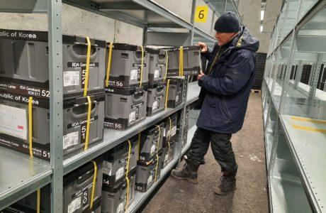 NordGens Åsmund Asdal ställer fröboxar från Sydkorea på plats i frökammare 2 i Svalbard Global Seed Vault.