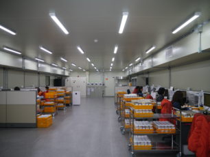 Ihmisiä istumassa ja analysoimassa ja testaamassa siemeneriä
