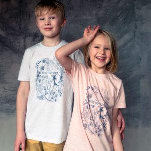Två barn iklädda t-shirts med texten genetic diversity forever