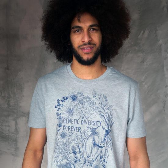 Bild man i ljusblå t-shirt med tryck där det står Genetic Diversity Forever