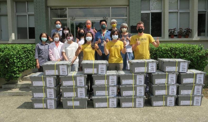 Personal från WorldVeg visar upp den aktuella leveransen med fröprover.