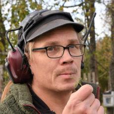 Finska köttbonden Ilmari Majuri med hörselskydd, porträtt
